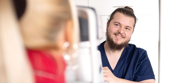 Augenoptiker beim Messer der Sehschärfe