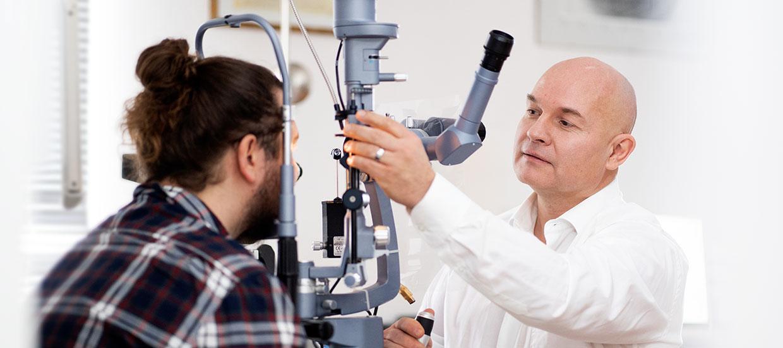 Dr. Jensch während einer Behandlung