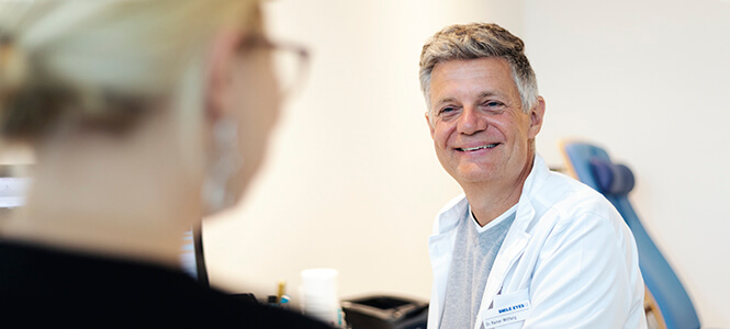 Flughafen Augenarzt Dr Rainer Wiltfang im Patientengespräch
