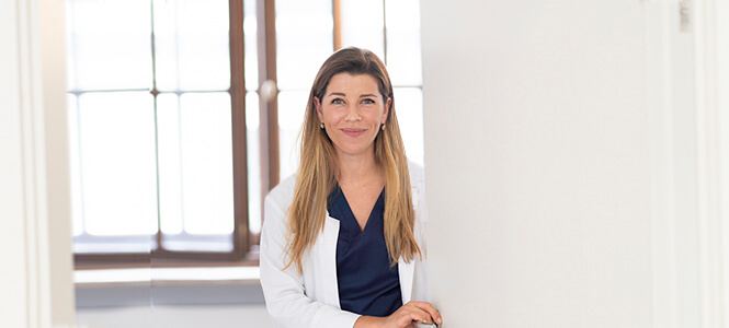 Stachus Augenärztin Dr Livia Ertl im Patientenzimmer